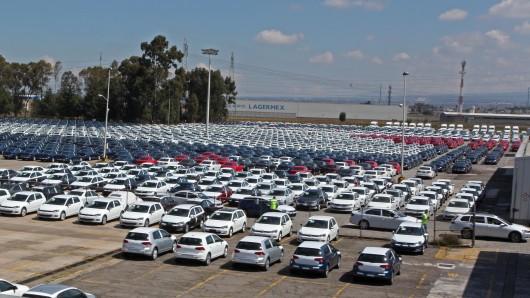 Kleine Schäfchen-Wolken über dem VW-Werk Puebla: Gegen große Hagelwolken schießt das Unternehmen Schallkanonen in die Luft, damit die Neuwagen nicht beschädigt werden. (Archivbild)