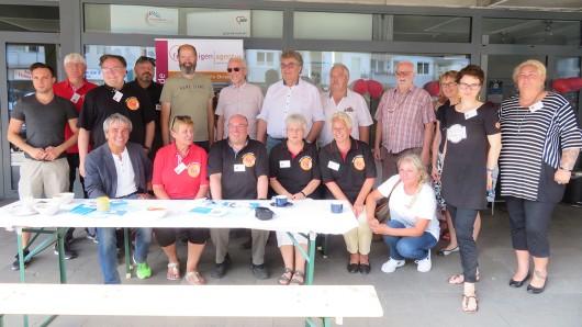 Gäste und Mitarbeiter freuen sich über 20 Jahre Freiwilligenagentur.