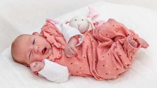 Lina Sube wurde am 17. August um 9:19 Uhr in der Helios Klinik geboren. Sie ist 52 Zentimeter groß und wiegt 3.340 Gramm. Ihre Eltern sind Sarah und Christopher Sube.
