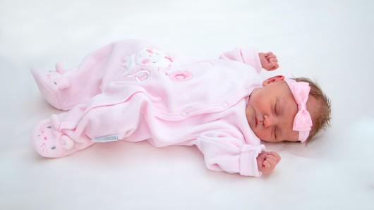 Mathilda Gröbke ist das neueste Familienmitglied von Christin Hain und Markus Gröbke. Sie ist am 18. August um 7.55 Uhr in der Helios Klinik Helmstedt geboren und wiegt 2.200 Gramm auf 47 Zentimetern.
