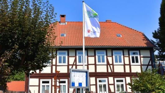 In Winnigstedt wird die Bewertungs-Kommission zum Wettbewerb Unser Dorf hat Zukunft mit Spannung erwartet. Die Winnigstedter haben am Gemeindehaus eine Fahne mit dem Logo des Dorfwettbewerbs geflaggt.
