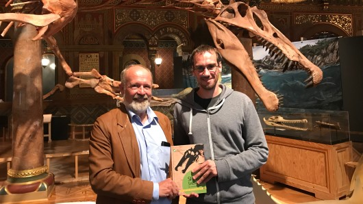 Museumsdirektor Ulrich Joger mit dem zehntausendsten Besucher Michael Strube