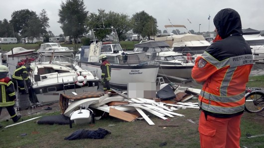 Ein durch eine Explosion zerstörtes Sportboot liegt im Sporthafen von Bremen-Hemelingen. Bei der Explosion gab es eine Schwerverletzte und einen Toten.