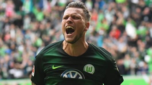 Wolfsburgs Daniel Ginczek hat gute Laune (Archivbild).
