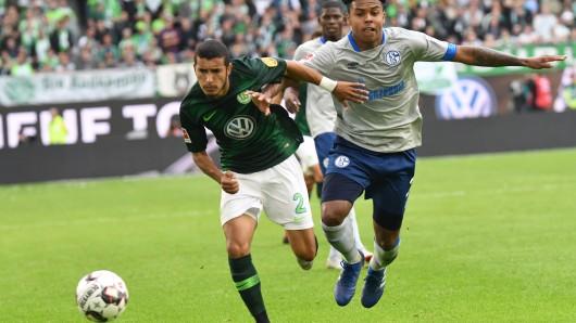 Wolfsburgs William (l) und Schalkes Weston McKennie kämpfen um den Ball.