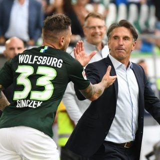 Daniel Ginczek bejubelt sein Tor zum 2:1 gegen den FC Schalke 04 mit Trainer Bruno Labbadia.