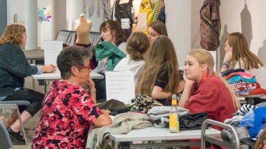 Angeregt unterhielten sich die fast 30 Besucher der Tellerrock Kleidertauschbörse über Fragen zum Wert von Kleidung und tauschten selbige.