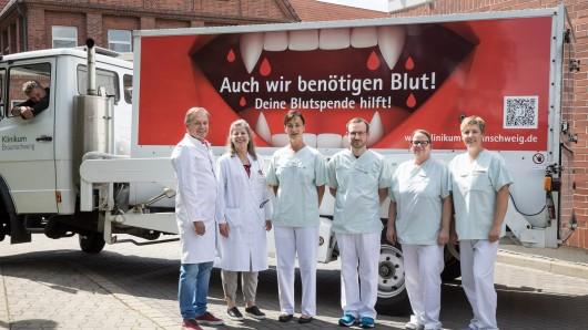Garantiert keine Vampire: Dr. Henk Garritsen (li.) und sein Team vom Blutspendedienst des Klinikums Braunschweig