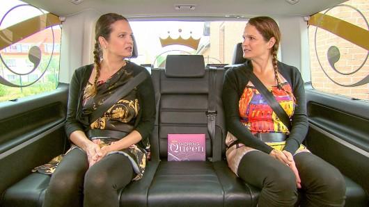 Martina und Andrea (rechts) aus Wolfsburg sitzen im Shopping-Queen-Bus.