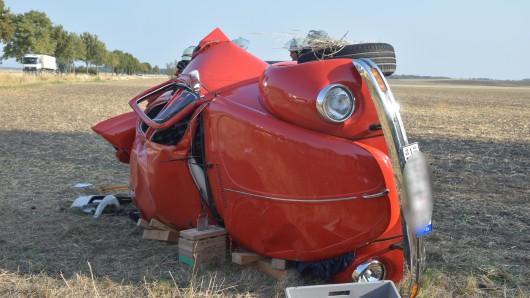 An dem alten Käfer entstand vermutlich ein Totalschaden.