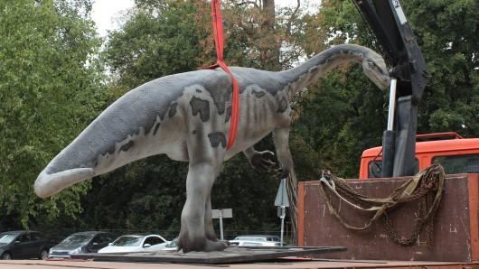 Das Plateosaurus-Modell bei der Platzierung vor dem Staatlichen Naturhistorischen Museum.