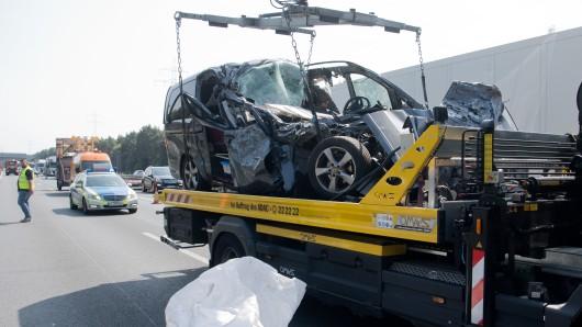 Mitarbeiter eines Abschleppunternehmens bergen einen zerstörten Leichenwagen nach einem Unfall auf der Autobahn A2. Der Fahrer des Leichenwagen ist auf einen LKW gekracht und bei dem Unfall gestorben. Am Morgen gab es auf der unfallträchtigen A2 erneut mehrere schwere Verkehrsunfälle.