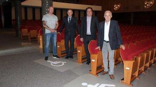 Von der Einrichtung weiterer Rollstuhlplätze in den Peiner Festsälen überzeugten sich jetzt Peines Bürgermeister Klaus Saemann, der Geschäftsführer des Peiner Kultur-rings, Dr. Thomas Renz, der Vorsitzende des Vereins Kul-turring Peine e. V. Heinz Möller und Enrico Palencsar, Mit-arbeiter im städtischen Amt für Architektur.