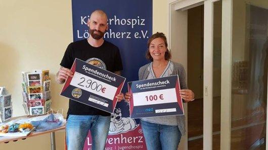 Insgesamt 3.000 Euro hatt Schlangenzüchter Carsten Voigt gesammelt - Isa Groth vom Kinderhospiz Löwenherz hat sich gefreut.