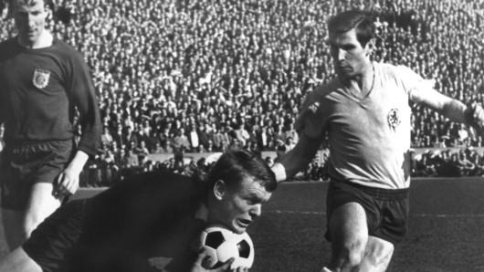 Klaus Gerwien (rechts) spielte 13 Jahre lang für die Eintracht und schoss das erste Bundesligator im Jahr 1963. (Archivbild)