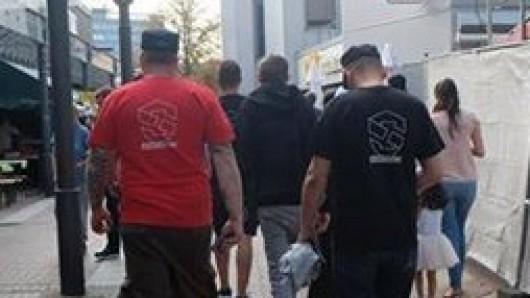 In roten und schwarzen T-Shirts mit der Aufschrift Schutzzone liefen Mitglieder der rechten Szene während des Cityfests im August durch Lebenstedt.