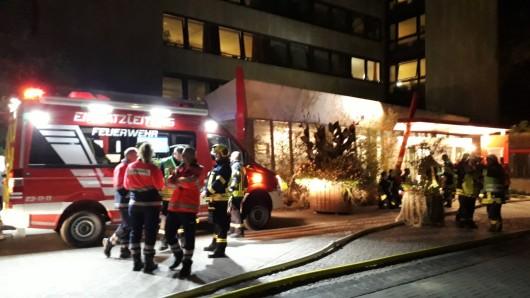 Neben der Feuerwehr sind auch der Rettungsdienst sowie die Polizei vor Ort.