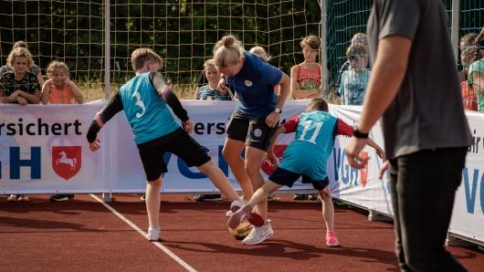 Bundesliga-Spielerin Pia-Sophie Wolter im Duell mit Lengeder Schülern.