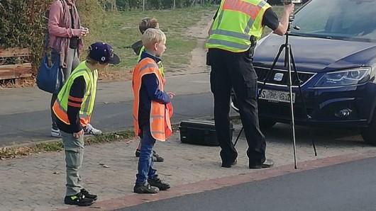 25 Viertklässler haben am Dienstag die Polizei bei Geschwindigkeitskontrollen unterstützt.