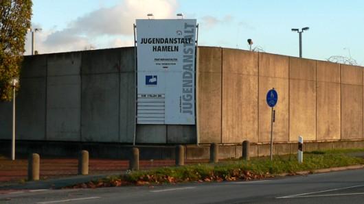 Hier sitzt er nun hinter hohen Mauern: Die Polizei Helmstedt hat einen 17-Jährigen festgenommen, der unter dringendem Verdacht steht, in den Kindergarten und in die Grundschule Emmerstedt eingebrochen zu sein (Archivfoto).
