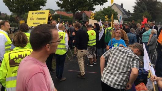 Die Bürgerinitiative Strahlenschutz (BISS) gibt die Zahl der Demonstranten vor dem Werksgelände von Eckert & Ziegler mit rund 100 an.