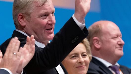 Bernd Althusmann nach seiner Wiederwahl als CDU-Chef in Niedersachsen. Neben ihm Bundesverteidigungsministerin Ursula von der Leyen und Landesfinanzminister Reinhold Hilbers.