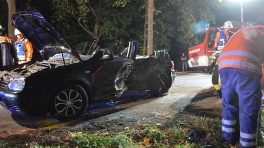Beim Zusammenstoß eines VW Golf und eines VW Passat sind am Freitagabend zwei Männer schwer verletzt worden.