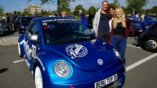 Dieser Wagen ist etwas ganz Besonderes: Er wurde von Hand von Mitarbeitern von VW Motorsport gebaut - als Nummer 59 einer auf 60 Exemplare limitierten Serie für den Beetle Cup. Auf der Straße fahren darf der Wagen nicht. Thorsten (v.l.), Anja und Fehmke sind stellvertretend für Jannik da, der dieses Auto gekauft hat.