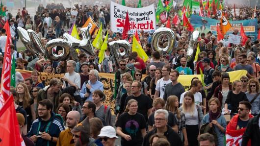 Mehrere Tausend Menschen demonstrierten am Samstag gegen das geplante neue Polizeigesetz in Niedersachsen. Während die Polizei von 8.300 Teilnehmern sprach, zählten die Organisatoren 15.000.