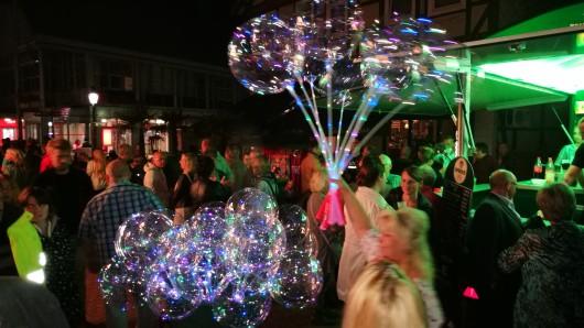 Prächtig leuchtende Luftballons sind ebenfalls im Angebot beim Eulenmarkt.