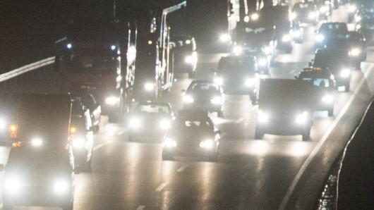 Auf der A7 steht ein Stau durch einen Unfall. (Symbolbild)