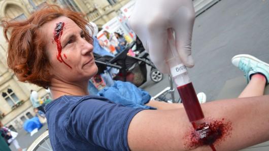 Keine Sorge, das ist nur Kunstblut: Beim Tag der Malteser auf dem Platz der Deutschen Einheit zeigten Sanitäter des Malteser-Hilfsdienstes, wie Sturzverletzungen bei einer Radfahrerin versorgt werden.