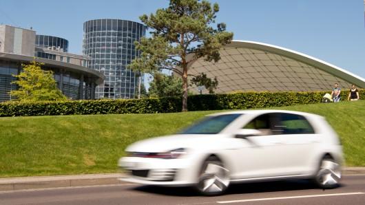 Bei dem Klebstoff-Täter von Wolfsburg handelt es sich wohl um einen VW-Hasser: Er attackiert ausschließlich Modelle von Volkswagen - oder von Konzern-Schwestermarken. Nun schlug er wieder zu und beschädigte in der Stresemannstraße drei VW Golf (Symbolbild).