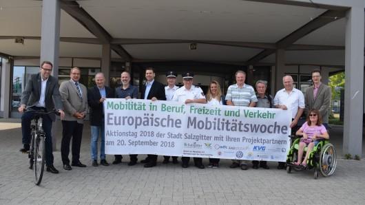 Sie stellten das Programm des Mobilitätstages vor: Stadtbaurat Michael Tacke (v.l.), Matthias Giffhorn (WEVG), Michael Buntfusz (Leiter Fachgebiet Umwelt, Stadt Salzgitter), Professor Sven Strube (Ostfalia Hochschule), Ralf Hauer (VW Salzgitter), Andreas Kelm (Polizeiinspektion Salzgitter, Peine, Wolfenbüttel), Frank Steinke (Polizeiinspektion Salzgitter, Peine Wolfenbüttel), Ramona Durke (KVG Salzgitter), Peter Pawlik (KVG Salzgitter), Hans-Werner Eisfeld (Beirat für Menschen mit Behinderungen), Harald Toppe (Stadt Salzgitter), Jan Holzenbecher (Stadt Salzgitter), Mareike Schubert ( Beirat für Menschen mit Behinderungen).