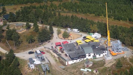 Luftaufnahme des mit 971 Metern größten Berges Niedersachsens, dem Wurmberg, auf dessen Gipfel derzeit ein neuer Turm entsteht. Das 32 Meter hohe Bauwerk soll im November eröffnet werden, Richtfest ist im September. Aus zwölf Metern Höhe gibt es später eine Rutsche und einen neuen Kiosk.