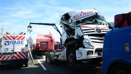 Die Bergung der verunglückten Lkw wird sich bis in die späteren Nachmittagsstunden hinziehen.