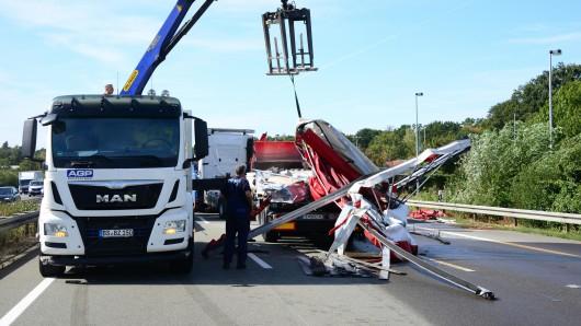 Bevor die Havaristen von der Straße geholt werden können, muss die Ladung geborgen werden.