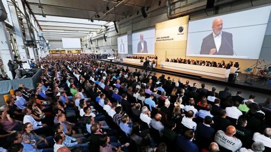 Tausende VW-Werker ließen sich in Halle 11 bei der Betriebsversammlung berichten, wie es nun weitergehen soll. (Archivbild)