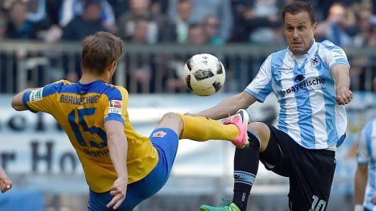 Zuletzt war Eintracht Braunschweig im April 2017 zu Gast bei den Münchner Löwen. Hier Christoffer Nyman (l.) im Duell mit TSV-Spieler Michael Liendl.