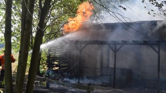 Flammen schlugen aus dem Gebäude, in dem die Diakonie neben einem Blockheizkraftwerk auch ihr Möbellager betrieben hat.