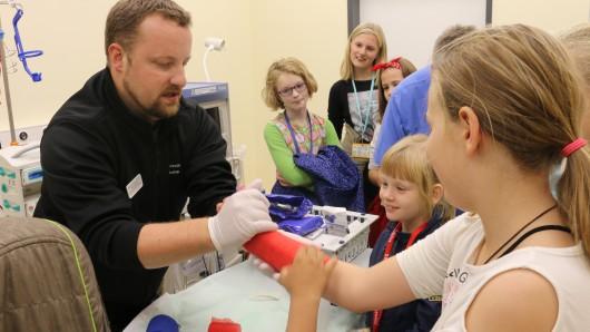 Kindgerechte Vorlesungen und Exkursionen erwarten die Junior-Studenten in den Ferien am Helios Klinikum Salzgitter.