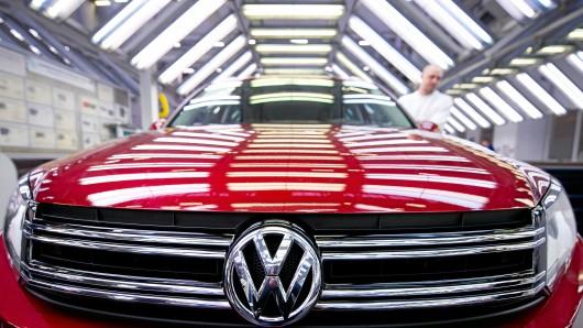 Mitarbeiter der Volkswagen AG inspizieren im VW-Werk in Wolfsburg (Niedersachsen) ein Tiguan-Fahrzeug in der Endkontrolle (Symbolbild).