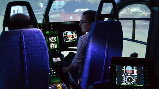 Anna studiert in Dresden Verkehrsingenieurswesen und übt sich im Simulator als Pilotin eines Hubschraubers.