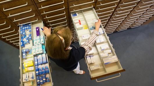 In den Apotheken leeren sich die Schubladen - so sind manche Schmerzmittel nur noch schwer zu bekommen (Archivbid).