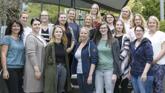 17 junge Frauen haben an der Hebammenschule des Klinikums Braunschweig ihre Ausbildung begonnen.
