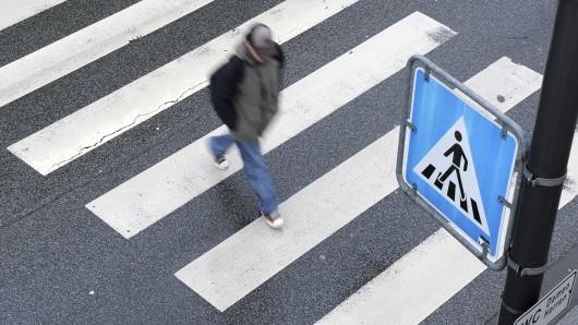 Am Fußgängerüberweg vor der Schule am Silberkamp hat ein SUV-Fahrer gefährlich überholt - und anschließend eine rote Ampel ignoriert (Symbofoto).