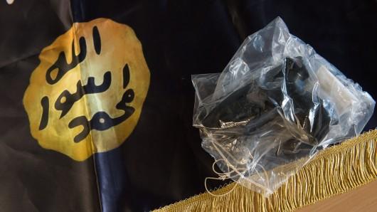 Mit Waffen vor einer IS-Flagge posiert: Reicht das für den Vorwurf der waffenrechtlichen Unzuverlässigkeit? Das muss das Verwaltungsgericht Braunschweig in der kommenden Woche klären (Symbolfoto).