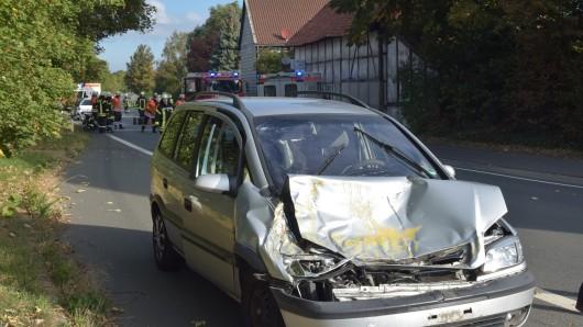 Zwischen Halchter und Ohrum hat es auf Höhe des Bungenstedter Turms gekracht; der Fahrer dieses Opel Zafira hatte einen langsam fahrenden Radlader übersehen.