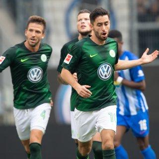 Rettung (fast) in letzter Minute: Mit einem Tor-Krimi in der Schlussphase gegen Hertha BSC Berlin haben die Wölfe ein 2:2 und damit einen Punkt gerettet. Yunus Malli (vorne) brachte mit seinem Strafstoß-Tor in der 87. Minute den VfL wieder ins Spiel zurück.