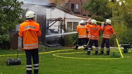 Nicht mehr zu retten war dieser Holzschuppen in Seershausen. Jedoch konnten die Wehrleute ein Übergreifen der Flammen auf zwei weitere Gebäude verhindern.